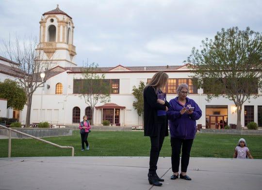Residentes de la comunidad de pie cerca del patio de Salinas High School durante su aniversario número 100, el 27 de febrero de 2020.