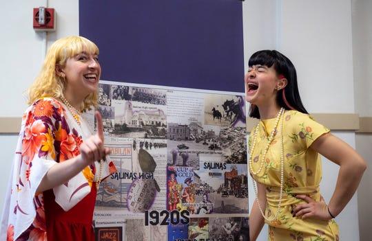 Las alumnas de último año de Salinas High School, Alyssa Lacalamita y Rebecca Hinojos, celebran el centenario de su preparatoria vistiendo ropa de la década de 1920. 27 de febrero de 2020.