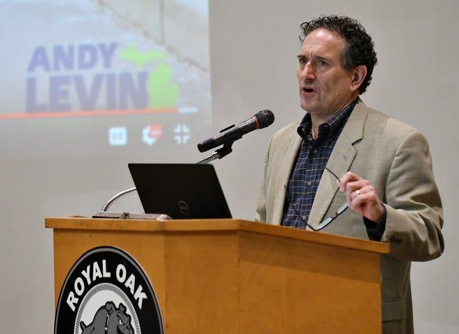 Perwakilan AS Andy Levin mengadakan pertemuan balai kota tentang EV Freedom Act di Royal Oak Middle School di Royal Oak, Mich. Pada 1 Maret 2020.