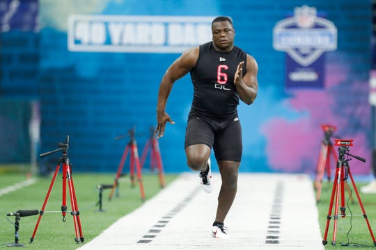 Feb 29, 2020; Indianapolis, Indiana, USA; Auburn Tigers defensive lineman Marlon Davidson (DL06) runs the 40 yard dash during the 2020 NFL Combine at Lucas Oil Stadium.