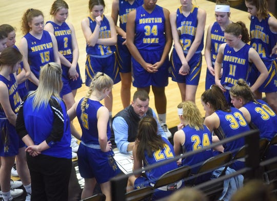 Mountain Home coach Dell Leonard instructs his team during the fourth quarter Tuesday at Russellville.