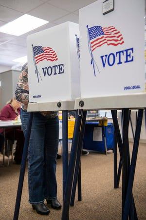 Una persona vota dentro de la Creekside Elementary School el 3 de marzo de 2020.