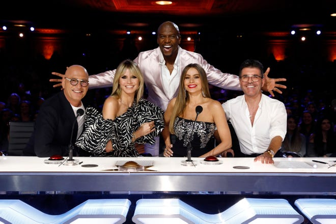 """Vergarajoined a new family.The""""Modern Family""""actress joined(L-R) Howie Mandel, returning judge Heidi Klum, Terry Crews and Simon Cowellas the newest panelist on Season 15 of """"America's Got Talent."""""""