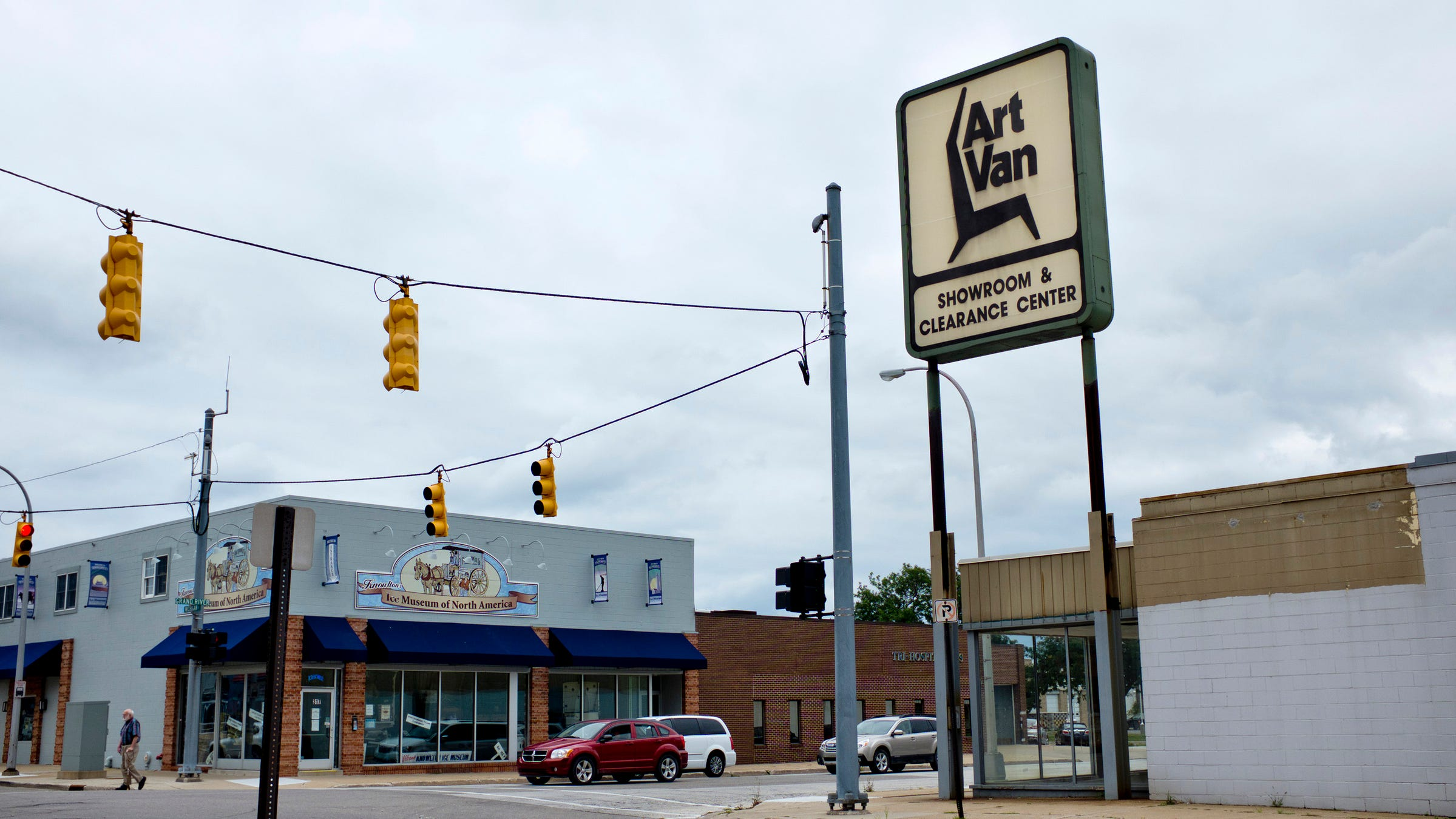art van furniture stores closing