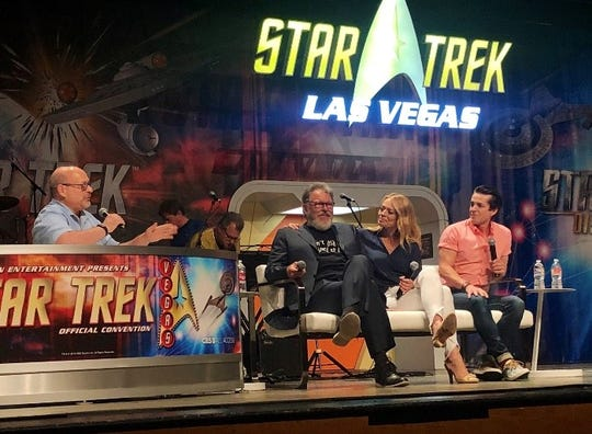 Journalist Ian Spelling narrating a Star Trek convention panel featuring Jonathan Frakes, Jeri Ryan and Jonathan Del Arco.
