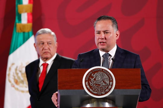 El titular de la Unidad de Inteligencia Financiera (UIF), Santiago Nieto, participa este miércoles durante la rueda de prensa matutina del presidente de México, Andrés Manuel López Obrador, en Palacio Nacional de Ciudad de México.