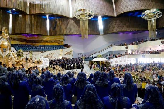 """Fieles de la iglesia la Luz del Mundo participan en la ceremonia de bautizo en el marco de la """"Santa Convocación"""", en la ciudad de Guadalajara, estado de Jalisco (México)."""