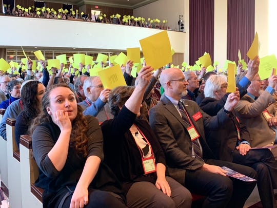 Michigan delegates vote to approve the agenda for the special session of the Michigan Annual Conference.