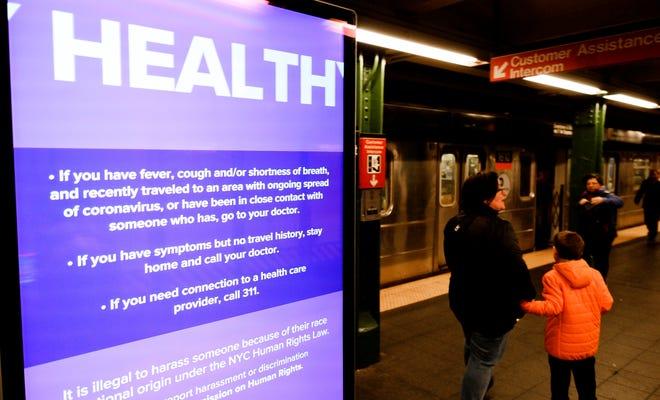 Un anuncio de servicio público relacionado con el coronavirus se ve en la pantalla en la estación de metro de Times Square en Nueva York, Nueva York, EE. UU.