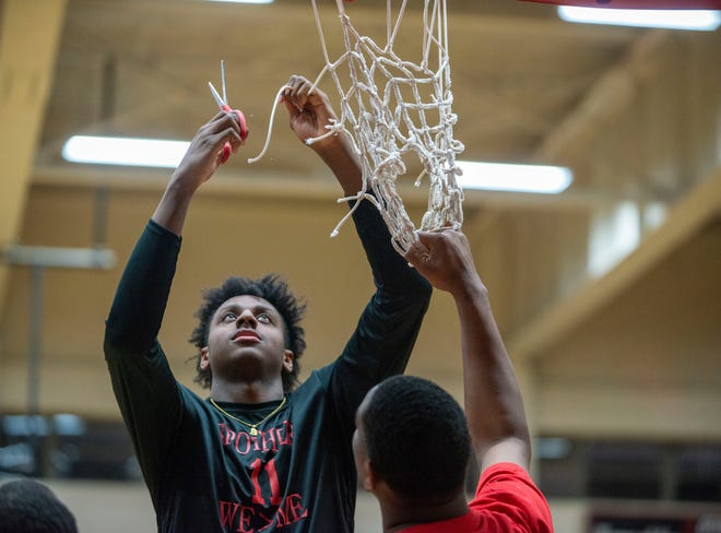 South Side's Brandon Maclin (11) cuts the net at South Side High School in Jackson, Tenn., on March 9, 2020.