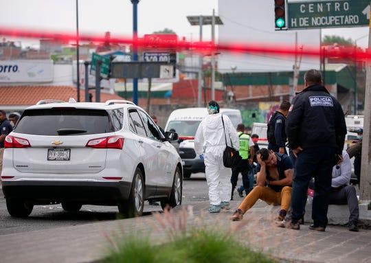 Peritos forenses laboran este martes en la zona donde fue asesinado el diputado local, Erik Juárez Blanquet, en la ciudad de Morelia, en el estado de Michoacán (México).