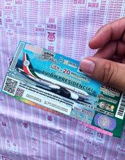 Vista este martes de un billete de lotería del avión presidencial en Ciudad de México (México). Este martes comenzó la venta de boletos de lotería del avión presidencial, en la capital mexicana, con seis millones de billetes para el sorteo el próximo 15 de septiembre.