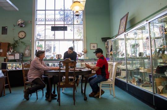 Ernest Rodríguez, copropietario de Old Town Antiques habla con algunos de los vendedores del mercado de antigüedades. 7 de marzo de 2020.