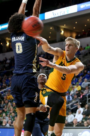 Kevin Obanor (0) and Oral Roberts will take on Sam Griesel (5) in Tuesday's Summit League tournament championship.