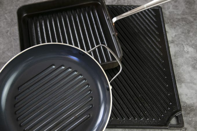 Pick a pan with raised ridges. Grill pans with noticeably raised ridges are typically better than those with gentle or shallow grooves. The deeper the ridges, the more dramatic the grill marks. Plus, food cooks above the grease, which means lower fat cooking. Ideally, look for a pan with ridges that are 1/4-inch or higher.