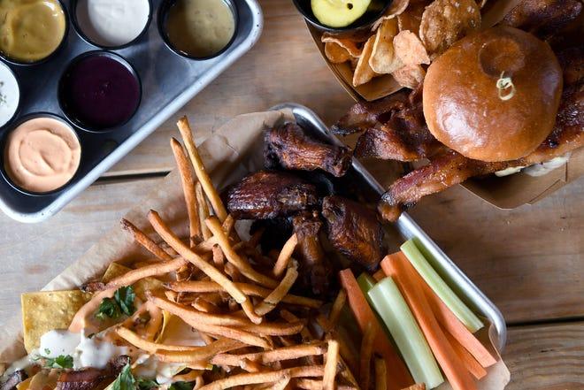 Закуска в ресторане Juju's Craft Cookery, расположенном в пивоварне Mills River Brewing Co.  Включает половину заказа крылышек и картофеля фри WNC и небольшую часть начос Crowders Mountain.  Здесь можно увидеть гамбургер Rocky Bluff и выбор из 12 соусов для макания.