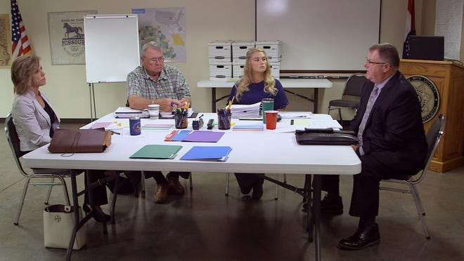 "Former Texas prosecutor Kelly Siegler (left) and investigator Johnny Bonds (second from left) with Oxygen's ""Cold Justice"" TV show meet with Lawrence County law enforcement officials Sgt. Melissa Phillips (second from right) and Lt. Chris Berry (right) to discuss the 1988 murder of 31-year-old Cynthia Smith. Larry Timmons is currently facing trial on the matter."