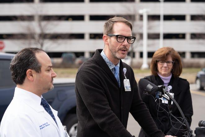 보 몬트 병원 전염병 전문의 니콜라스 길핀이 2020 년 3 월 16 일 월요일 로열 오크 소재 보 몬트 병원에서 코로나 19 검사를 위해 언론에 발표했습니다.