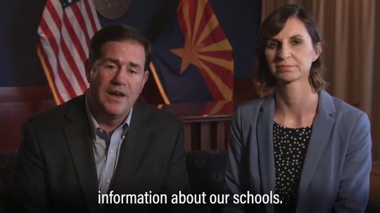 El gobernador de Arizona Doug Ducey, junto a la superintendente de educacion Kathy Hoffman.