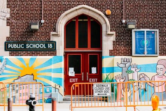 Las puertas cerradas se pueden ver en Edward Bush Public School 18 en Brooklyn, Nueva York, EE. UU.