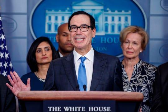 El secretario del Tesoro, Steve Mnuchin, con miembros del grupo de trabajo sobre coronavirus, responde a una pregunta de los medios de comunicación durante una conferencia de prensa sobre el coronavirus COVID-19 en la Casa Blanca en Washington, DC, EE. UU.