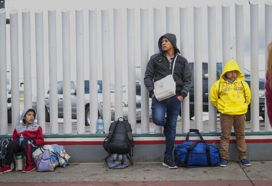 Solicitantes de asilo esperan su oportunidad en la frontera con México.