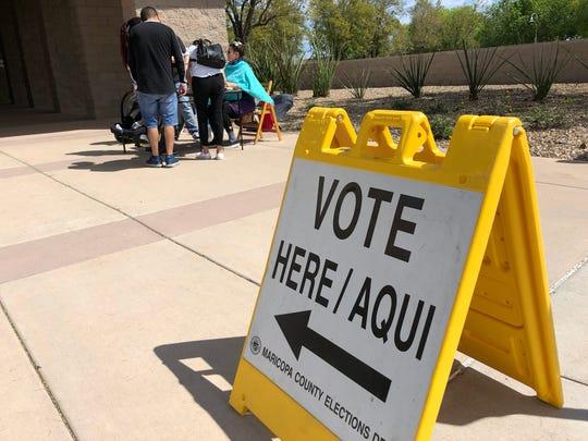 Gente acude a votar a la Casa Municipal de Avondale, AZ.