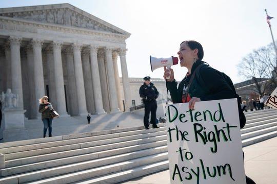 Una activista protesta frente a la Corte Suprema a favor del derecho de obtener asilo.