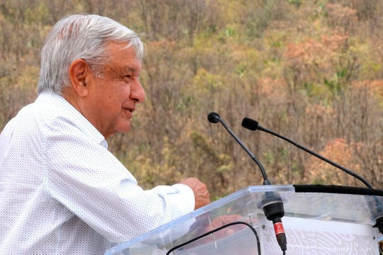 Fotografía cedida por la Presidencia de México que muestra al mandatario mexicano, Andrés Manuel López Obrador, durante una gira de trabajo este domingo, en el municipio de Yogana, en el estado de Oaxaca (México).