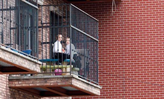Dos niños juegan en un balcón en el barrio Boro Park de Brooklyn, Nueva York, Estados Unidos.