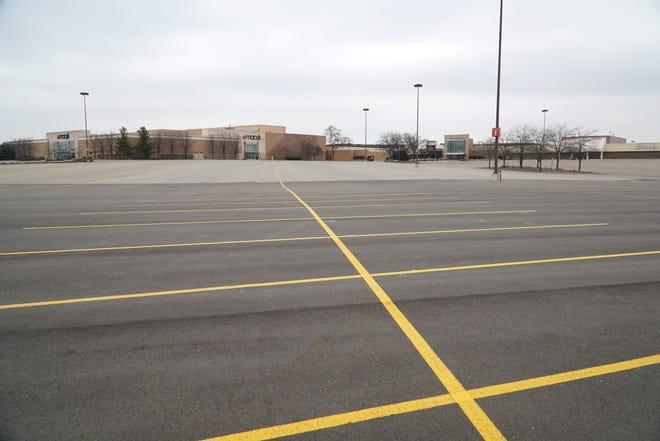 Ein leerer Parkplatz in der Twelve Oaks Mall von Taubman Centers in Novi, Michigan, bestätigt die Auswirkungen des Coronavirus auf die Einzelhandelswirtschaft. Taubman Centers hat die meisten seiner Einkaufszentren, einschließlich Twelve Oaks, bis mindestens 29. März geschlossen.