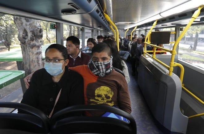 Pasajeros viajan en el metro-bus en la Ciudad de México, el lunes 23 de marzo de 2020. Las autoridades de la ciudad anunciaron medidas para contener la propagación del nuevo coronavirus.