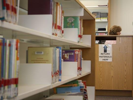 Un estante de libros en la biblioteca de Goodyear.