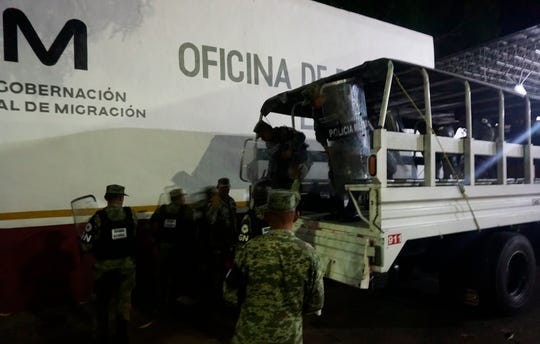 Fotografía fechada el 23 de marzo del 2020, que muestra a integrantes de la Guardia Nacional, arribando a la estación migratoria Siglo XXI, donde se suscitó un conato de motín por parte de migrantes en la ciudad de Tapachula en el estado de Chiapas (México).