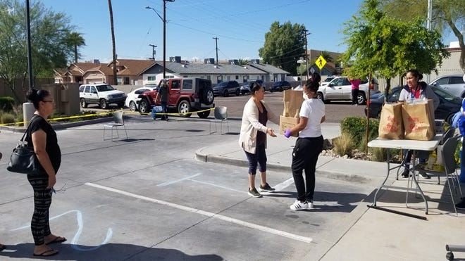 El equipo de apoyo en el centro comunitario Aeroterra EnVision se asoció con St. Mary's Food Bank para llevar una despensa móvil a las familias que viven en el vecindario Edison-Eastlake.