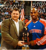 Then-Pistons beat writer presents Chauncey Billups with the J. Walter Kennedy citizenship award.