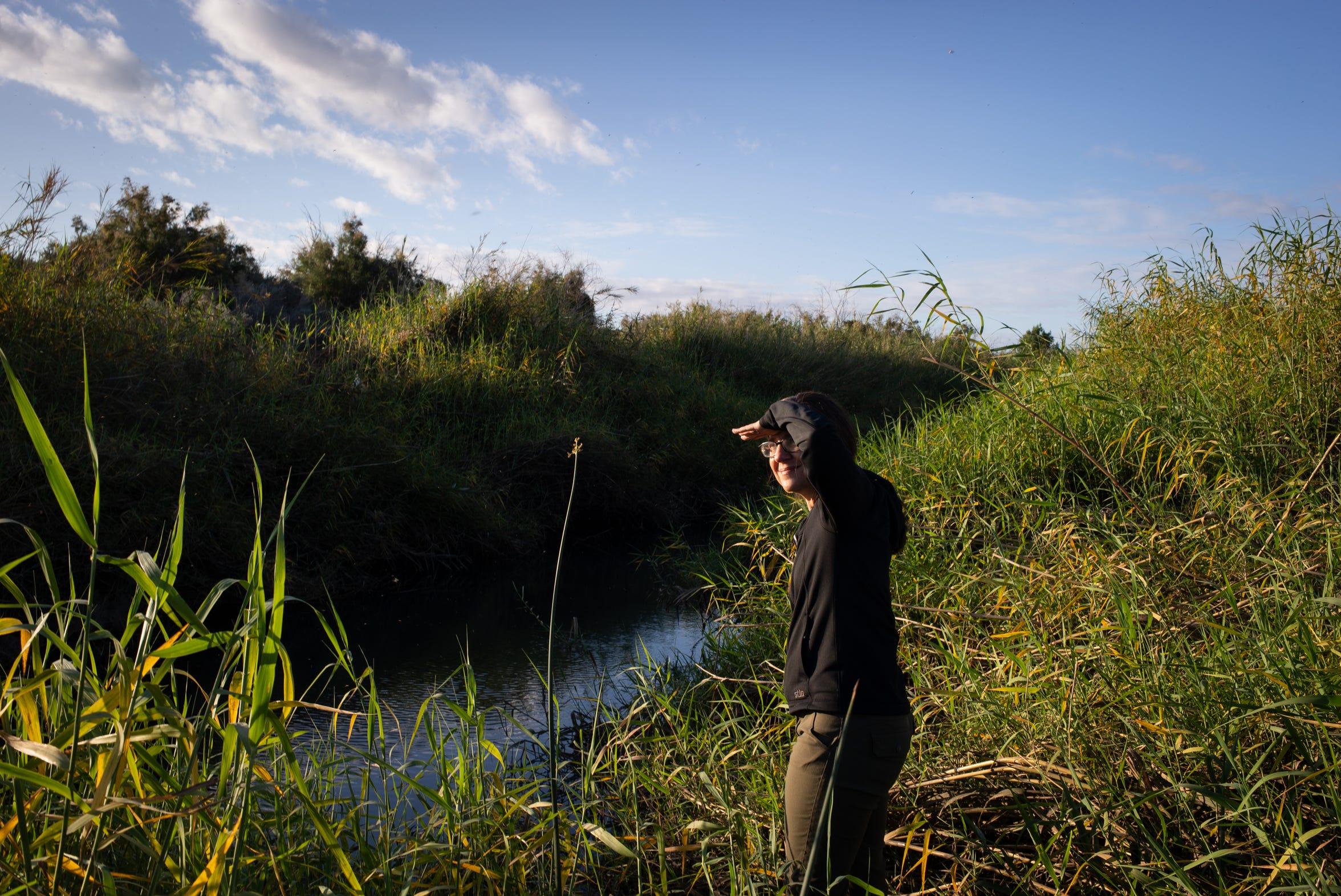 Jennifer Pitt, directora del programa del Río Colorado para la Sociedad Nacional Audubon, se encuentra junto al canal del Río Colorado, justo al sur de la presa Morelos en México el 2 de marzo de 2020.