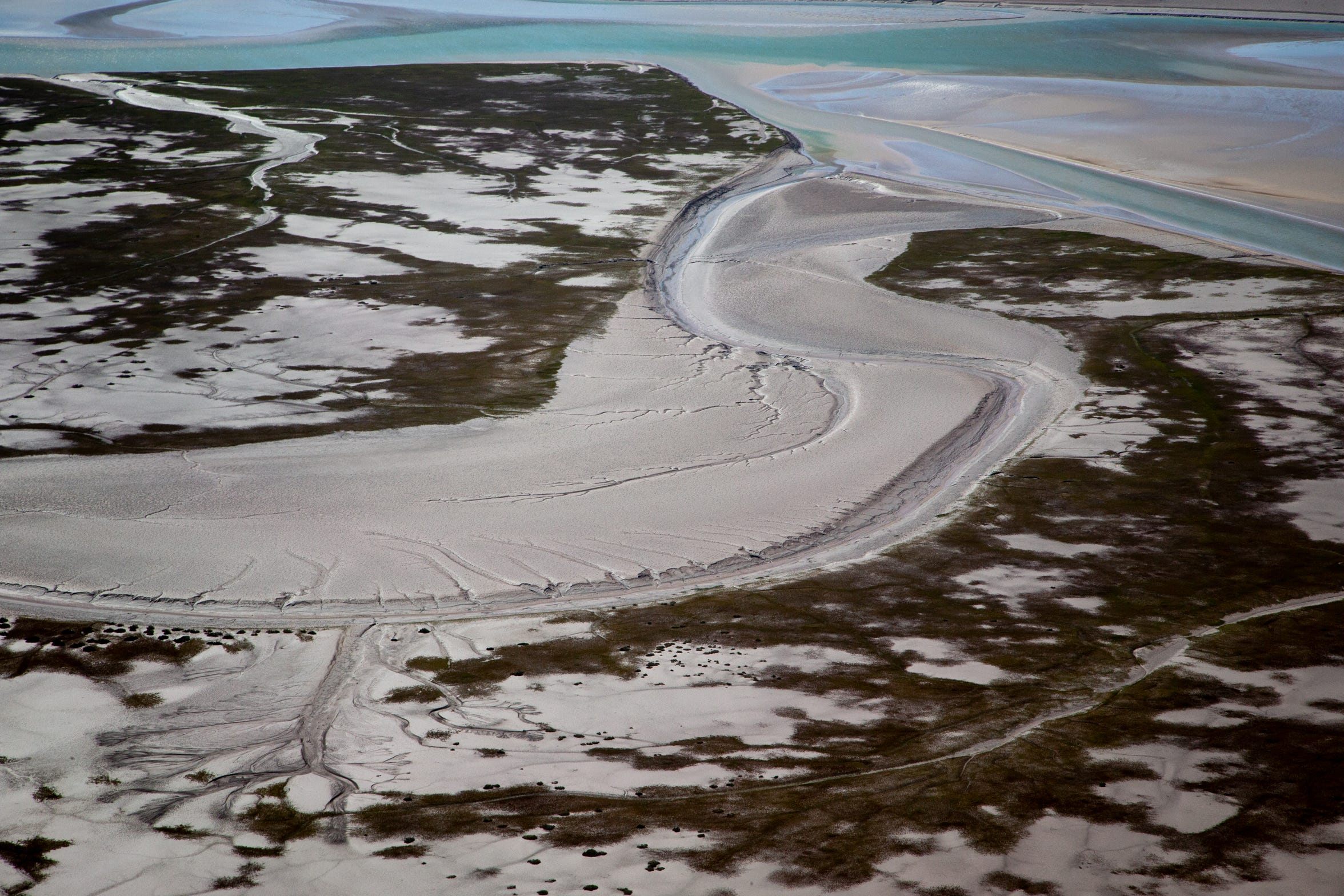 Un canal de marea serpentea a través del estuario del Delta del Río Colorado en México.