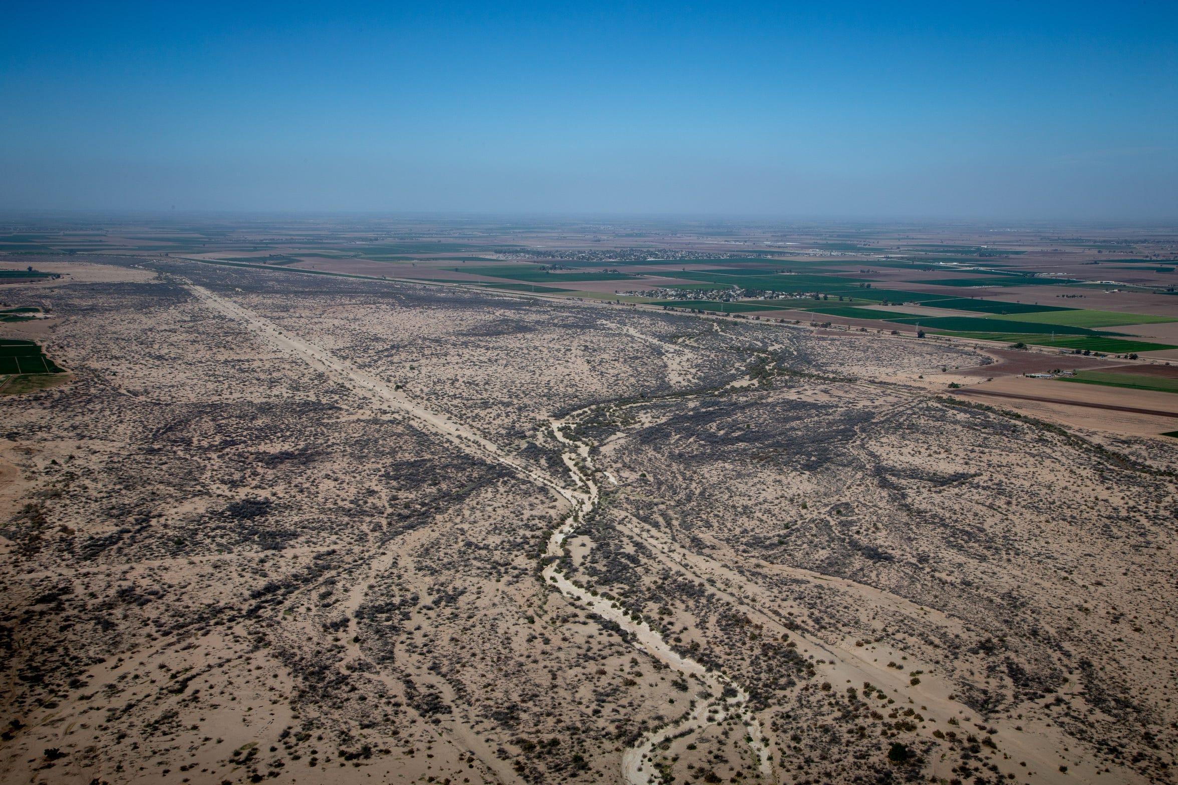 El canal seco del río Colorado serpentea a través del valle de Mexicali.