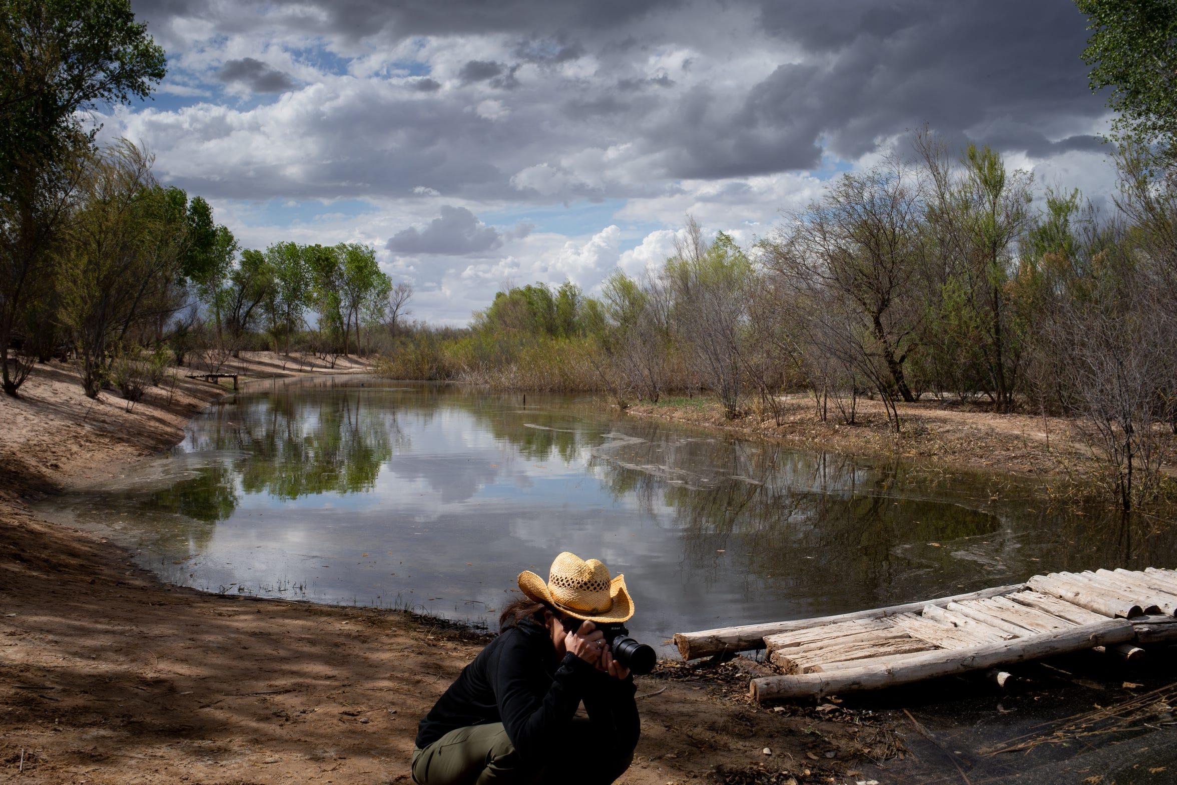 Jennifer Pitt, directora del programa del Río Colorado de la Sociedad Nacional Audubon, toma fotos en el área de restauración de Laguna Grande el 2 de marzo de 2020, en Baja California, México.