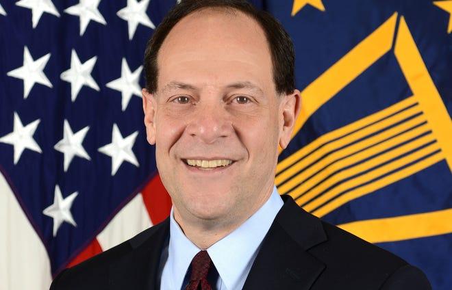 Glenn Fine, inspetor geral do Departamento de Defesa, posa para seu retrato oficial no estúdio de retratos do Exército no Pentágono em Arlington, Virgínia, 14 de janeiro de 2016.