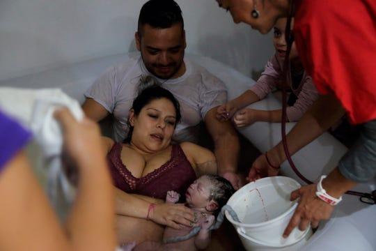 Selene Barragán (c), ayudada por su esposo Eduardo Castillo (d), pare en su casa ayer martes, en Guadalajara, en el estado de Jalisco (México).