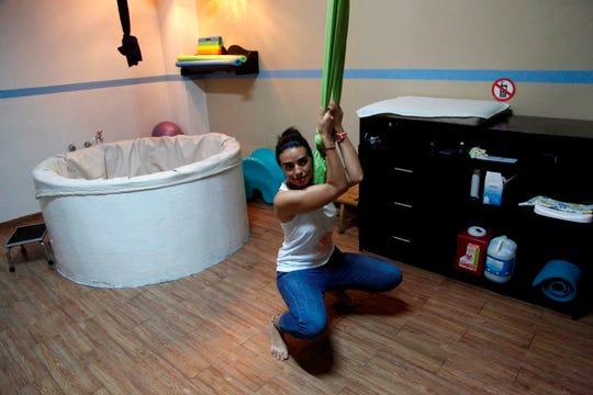La partera María Cortés prepara las instalaciones de la casa de parto Aramara ayer martes, en Guadalajara, en el estado de Jalisco (México).
