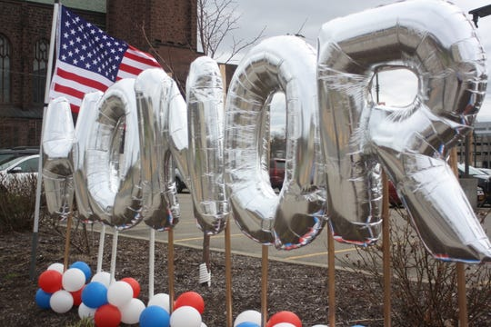Balloons outside  UHS Wilson Medical Center on Main Street in Johnson City read HonorAndThank.com, a website where anyone around the country can post messages of appreciation, encouragement and love. They were constructed by Binghamton resident  Rosemarie Kleitz, who owns A Balloon Affair.