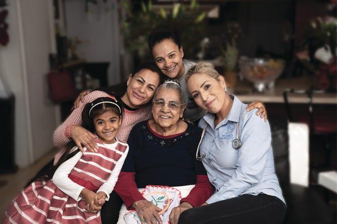 La enfermera de Hospice of the Valley, Erica Coronado (derecha) con la familia Domínguez.