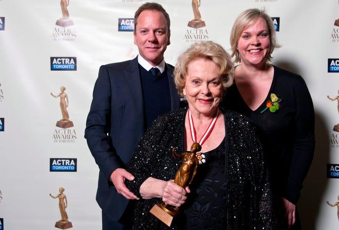 Shirley Douglas posiert mit ihren Kindern Kiefer Sutherland und Rachel Sutherland. Douglas starb am Sonntag.