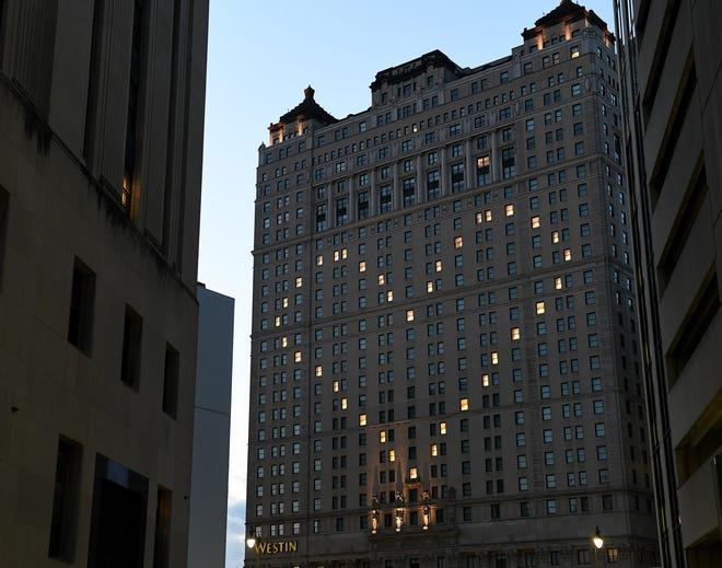 Jendela di sisi selatan Westin Book Cadillac menyala untuk menunjukkan hati di Detroit pada 9 April 2020.