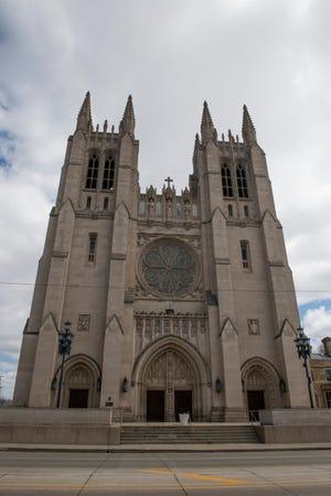 Bagian luar Katedral Gereja Katolik Sakramen Mahakudus di Detroit, di mana Uskup Agung Allen Vigneron akan menyampaikan misa Jumat Agung melalui streaming langsung pada hari Jumat, 10 April 2020 karena virus corona dan jarak sosial.