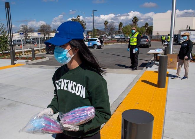 Helen Yang, una estudiante de Stevenson School en abril de 2020, reparte mascarillas.