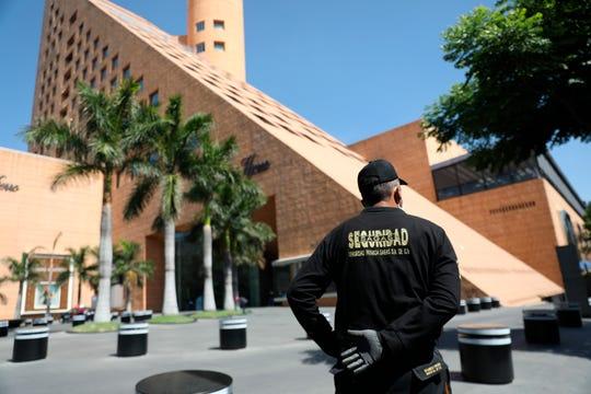 Fotografía fechada el 13 de abril del 2020, que muestra a elementos de seguridad vigilando centros comerciales en Ciudad de México.
